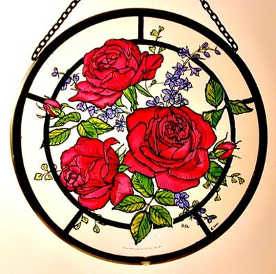 Decorativo dipinto a mano vetrata Sun Catcher/Roundel in un design rose rosse.