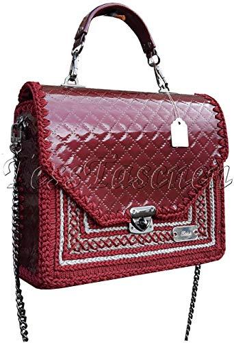 Damen Schultertasche. Dunkelrote klassische lackierte gesteppte Handtasche an der Kette Elegante exklusive Designer-Tasche mit Stickereien Ornament (Klassische Gesteppte Tasche)