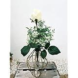 Composicion florero dorado, con rosa blanca