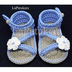 Patucos Sandalias modelo D`Italia para bebé de crochet, de color a elegir con flor a juego, 100% algodón, tallas de 0 hasta 12 meses, hechos a mano en España. Regalo para bebé.