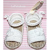 Patucos Sandalias modelo Menorquina para bebé de crochet, de color blanco bebé con flor, 100% algodón, tallas de 0 hasta 12 meses, hechos a mano en España.