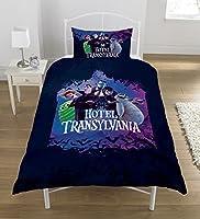 Cet ensemble de housse de couette unique officiel de Hotel Transylvania Cast est un must pour tous les fans des films. Le design comprend Dracula, Mavis, Johnny, Murray, Wayne, Blobby et Frank sur un fond violet avec l'hôtel derrière eux. L'inverse a...