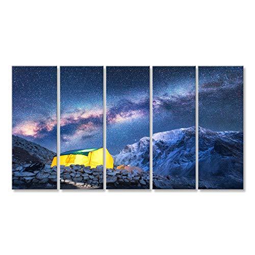 Bild Bilder auf Leinwand Milchstraße, gelb leuchtendes Zelt und Berge. Erstaunliche Szene mit Himalajabergen, sternenklarem Himmel nachts in Nepal. Felsen mit schneebedeckter Spitz