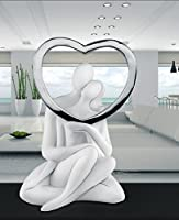 Particolare soprammobile romantico dal design moderno realizzato da memory Bongelli preziosi a forma di una scultura da tavolo moderna raffigurante due innamorati con un cuore argentato. L'uomo abbraccia la donna, che sostiene un cuore cromat...