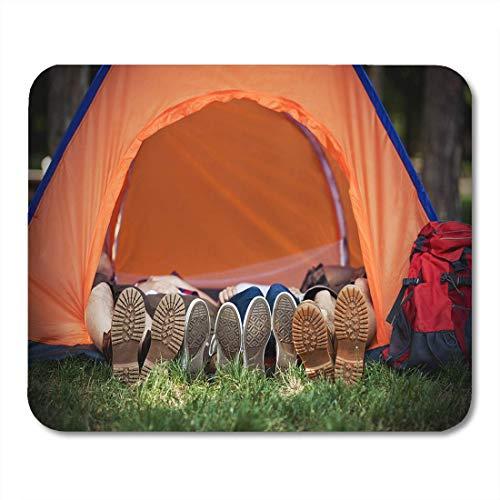 Tappetino per mouse Quattro escursionisti che indossano scarponcini da trekking e scarpe da ginnastica sdraiati Tappetino per mouse per notebook, computer desktop Tappetini per mouse, Articoli per uff