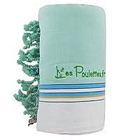Kikoy telo mare in cotone Verde Acqua. Il Kikoi è un tessuto tradizionale del Kenya, tessuto a mano, dal design geometrico. Portato come veste sui fianchi, è oggi telo mare o pareo. Di grande misura (94*160cm), una facciata cotone, una faccia...