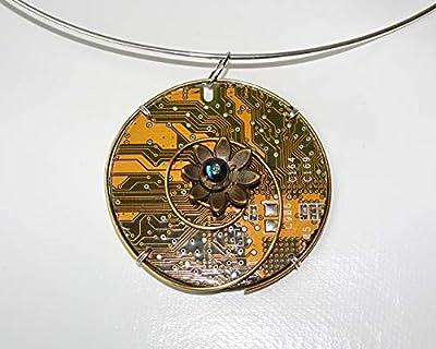Speciimen - Bijou pour Femme en Circuit Imprimé Recyclé avec Cristal Swaroski - Pendentif Doré Rond - Exemplaire Unique Fait Main