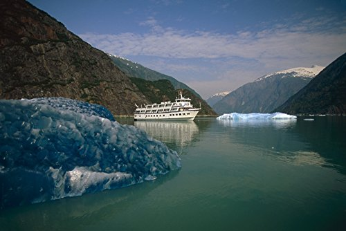 The Poster Corp Mark Kelley/Design Pics - Cruise West *Spirit of Columbia* Among Icebergs In Tracy Arm Fords-Terror Wilderness Area Se Alaska Photo Print (43,18 x 27,94 cm)