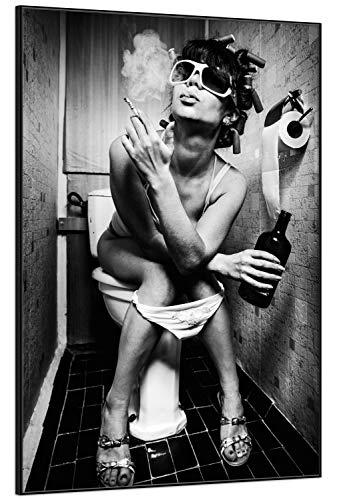 Wallario Black and White Edition - Wandbild Kloparty - Sexy Frau auf Toilette mit Zigarette und Schnaps in Premiumqualität mit schwarzem Rahmen, Größe: 61 x 91,5 cm