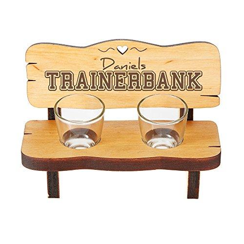 Casa Vivente Schnapsbank mit Zwei Schnapsgläsern und Gravur - Trainerbank - Personalisiert mit Namen - Schnapsbankerl aus Erlenholz - Geschenkidee für Männer und Fußballfans - Geburtstagsgeschenke