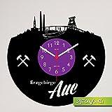 """Produktinformationen """"Schallplatten-Wanduhr Erzgebirge Aue"""" Eine extravagante Uhr, mit den Wahrzeichen vom Erzgebirge Aue eingeschnitten in eine Schallplatte. Ein muss für jeden Aue Fan. Das Foto-Label kann auch gern auf Ihren Wunsch angepasst werden..."""