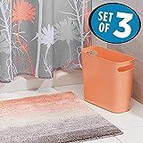 mDesign Juego de 3 accesorios de baño – Set de baño con cortina de ducha de poliéster con estampado de flores, alfombra de baño antideslizante de microfibra y cubo de basura de 5,7 l – coral/gris