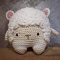Sonajero amigurumi de la ovejita Rufus de Lalylala.