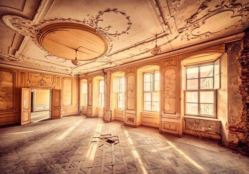 Pracht Gerahmt (Leinwandbild Matthias Haker - A Warm Wellcome - 100 x 70cm - Premiumqualität - Interieur, Saal, Sonnenlicht, Vergänglichkeit, Erinnerung, Nostalgie, Prunk, Pracht - MADE IN GERMANY - ART-GALERIE-SHOPde)