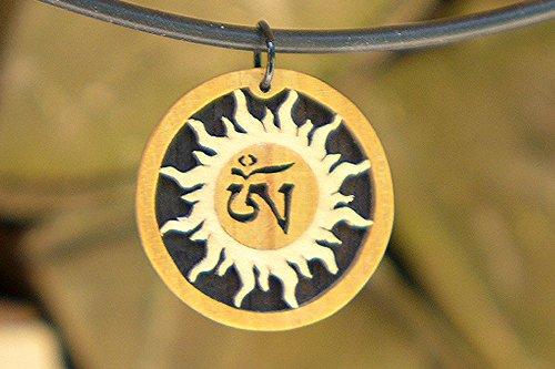 Sun'n Aum Anhänger mit tibetischer Schrift. Natürliche Farben Edelholz Tibet Zitronenbaum und Ahorn. Spiritualität und Buddhismus, Buddha.