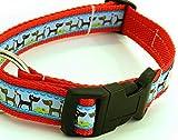 KonsumSchwestern Hundehalsband rot mit - HUNDE AUF BLAU - Breite: 2,5 cm - Länge verstellbar von ca. 33 cm bis ca. 57 cm - Größe: L - mit Steckschließe und D-Ring - Hunde-Halsband