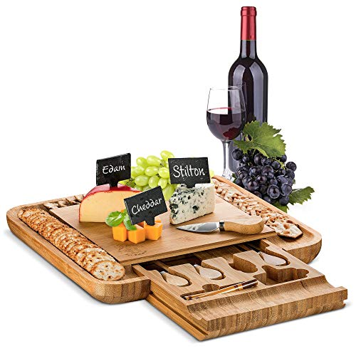 Cracker Server (Käsebrett aus Bambus mit Servierutensilien - Holztablett für Fleisch, Käse mit Wein und Knallbonbons - 4 Edelstahl-Server, 3 Schieferetiketten & 2 Kreidemarker, tolle Geschenkidee (zertifiziert)