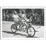 Señoras que montan una bicicleta tándem - tarjeta de felicitación