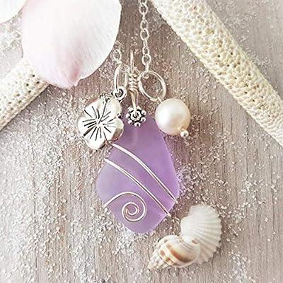 Fait à la main à Hawaii, « couleur magique Changement » fil violet enveloppé collier en verre de mer, charme Hibiscus, perle d'eau douce, « Février Birthstone », (Hawaii Emballage cadeau