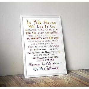 In diesem Haus tun wir – inspirierende Zitat – inspirierende Zitate Poster Print Geschenke – Alternative TV/Movie Poster in verschiedenen Größen (Frame nicht enthalten)