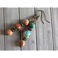 Orecchini pendenti Thurcolas in perline di giada bianca tinto marrone, arancione e blu e perline tibetane