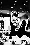 empireposter - Breakfast At Tiffany´s - Audrey Hepburn Version 2 - Größe (cm), ca. 61x91,5 - Poster, NEU - schwarz-weiss