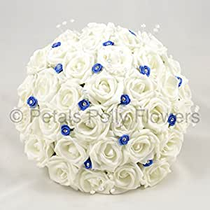 PETALS POLLY FLOWERS - Bouquet-mazzolino di fiori artificiale da sposa di rose bianche artificiali fatte a mano, con roselline realizzate in nastro di colore: Blu