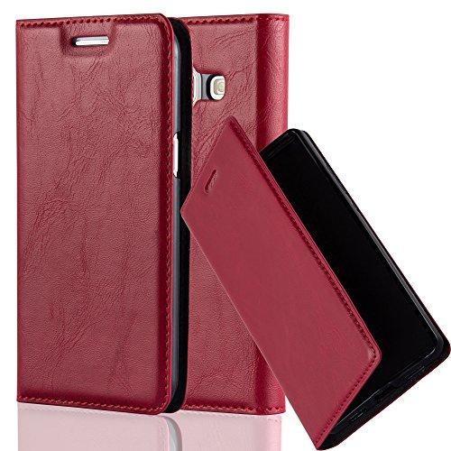 Cadorabo Hülle für Samsung Galaxy J1 2015 (5) - Hülle in Apfel ROT – Handyhülle mit Magnetverschluss, Standfunktion und Kartenfach - Case Cover Schutzhülle Etui Tasche Book Klapp Style