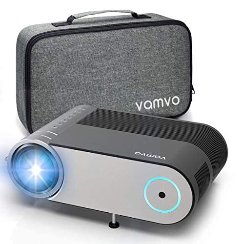 51CN42CZfHL. SS500 El proyector Vamvo L4200 está hecho profesionalmente como un proyector de video HD, ideal para entretenimiento en el hogar. La iluminación LED mejorada de 2019 brinda un 80% más de brillo que la versión anterior. Con una resolución de 1080P compatible, L4200 ofrece los colores más precisos con el mejor contraste del mercado en el rango de precios, ideal para el entretenimiento familiar con un presupuesto. Tamaño portátil con las últimas innovaciones en iluminación superior: El proyector Vamvo L4200 viene con un tamaño portátil (24.49*16.59*8.13cm) y un peso de solo 1.25 kg, que puede llevarse fácilmente a todas partes. El sistema de iluminación LED mejorado brinda un brillo de 4000 lux, resolución nativa de 720P, relación de contraste de 2000: 1 y vida útil de la lámpara LED de 50000 horas, lo que le brinda una experiencia de uso sin preocupaciones en comparación. Pro Proyector multimedia: El proyector de video Vamvo L4200 está equipado con múltiples puertos, incluidos HDMI, USB, audio e interfaces AV. Se puede conectar fácilmente con su teléfono,PS3, PS4, X-Box ONE o Wii, para reproducir videos, series de TV, compartir fotos, juegos, etc.