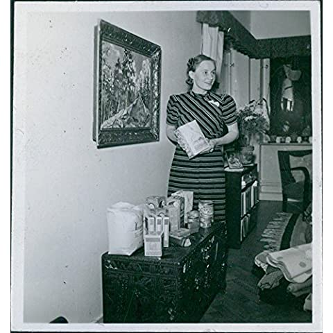 Vintage photo de sueco Socorro durante la Guerra finnish-russian. 1939–40Mujer que muestra el paquete y mercancías en lata A Ser Donado para Finlandia.