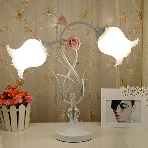 Bauernhaus-Stil Doppel-Kopf Tischlampe mit Rosen Schatten Dekoriert mit rosa Keramik-Rose Schlafzimmer Nachttischlampe