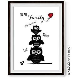 """ABOUKI personalisierter Kunstdruck - ungerahmt - """"We are Familiy"""" mit EULE Eulenfamilie mit bis zu 5 Wunschnamen, Poster Fine-Art-Print, Geschenk, Wunschtext, Geschenkidee für die ganze Familie, Druck, Illustration, Bild mit Spruch, Statement, Typografie, Typo, Wandbild, Plakat, Zitate & Sprüche"""