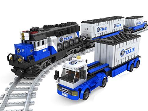 Modbrix 21006 Bausteine Güterzug Set mit Eisenbahn, 2 Güterwagen, LKW mit Auflieger Sowie 3 See Container Zum beladen, 1008 tlg. Konstruktionsspielzeug, Komplett Inklusive Schienen!