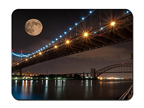 Mond über die Robert F. Kennedy Memorial Bridge in NYC – 9 x 7 Maus (Nyc Supplies Party)