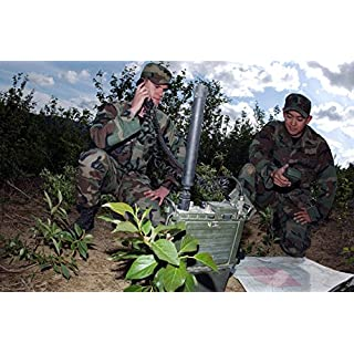 The Poster Corp Stocktrek Images – Airman uses a PRC-117 multiband Tactical Radio While Fellow Airman uses a PSN-13 Defense Advance GPS Receiver Kunstdruck (86,36 x 55,88 cm)