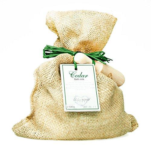 leche-de-bano-de-cabra-goats-milk-bath-powder-with-cedar-1500-g-in-a-jute-bag-with-a-wooden-scoop-un