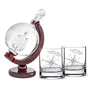 AMAVEL Whiskykaraffe Globus mit Gravur und Schiff – 2er Set Whiskygläser mit Kompass – Personalisiert mit [Namen] und [Datum] – Tumbler – Geschenk für Segler – Dekanter