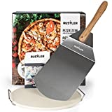 Rustler Pizzastein-/ Brotbackstein ø38 cm mit Edelstahl-Gestell + Pizzaschieber aus Edelstahl | für Pizza, Flammkuchen & Brot | für Backöfen, Holzkohle- und Gasgrills geeignet | in Geschenkverpackung