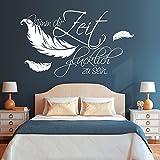 Wandtattoo-Loft Schriftzug Nimm dir Zeit glücklich zu Sein. mit Federn / 54 Farben / 3 Größen/weiß / 35 cm hoch x 59 cm breit