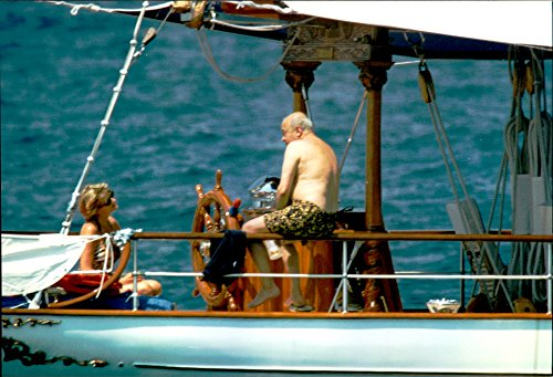vintage-photo-of-princess-diana-talks-with-mohamed-al-fayed-on-his-yacht-in-saint-tropez