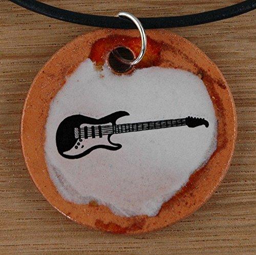 Echtes Kunsthandwerk: Schöner Keramik Anhänger mit einer Gitarre; Zupfinstrument, Musik, Musikinstrument, Saiteninstrument