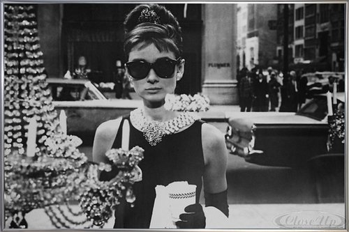 Close Up Audrey Hepburn Poster Shopping at Tiffany's (62x93 cm) gerahmt in: Rahmen Silber