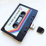 Einzigartiges und originelles Geschenk:USB Stick in Form einer Kassette.Unser USB Stick im nostalgischen Design ist der Hit.-Hergestellt in Großbritannien. Premium Qualität ist somit gewährleistet.-Qualitativ hochwertiger USB Stick im nostalgisch...