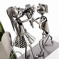 Questo portabottiglie metallico coppia amante è un articolo alla volta romantico e originale. Per un matrimonio o per una domanda in matrimonio, questo accessorio di qualità eccezionale è perfetto per presentare una bottiglia di vino.