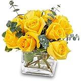 Arreglo floral de 12 rosas amarillas frescas en jarrón cubo de metacrilato + opción envio 24h + nota personalizada gratis.