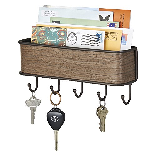 mDesign Colgador de llaves con estante para uso variado - organizador de llaves en acero inoxidable mate con detalles en madera de nogal - con práctico estante para correo, revistas y celulares