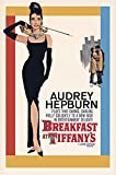 Póster de Audrey Hepburn 'plays Holly Golightly - Breakfast at Tiffany's/ Desayuno con Diamantes' (61cm x 91,4cm) + 1 póster sorpresa de regalo