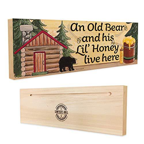 Sawyer's Mill - Ein Alter Bär und Sein Li Honey Live Here. - Holzblockschild mit schwarzem Bär, Hütte und Honigbienen für Paare -
