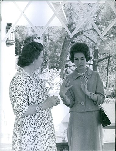 vintage-photo-of-princess-mara-mercedes-having-a-conversation-with-queen-sofa-of-spain
