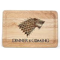 """Tabla de cortar queso inspirada en Juego de Tronos con el texto en inglés """"Dinner is coming"""", de madera"""
